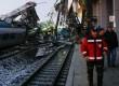 Mozdonynak, majd felüljárónak ütközött egy szuperexpressz, többen meghaltak